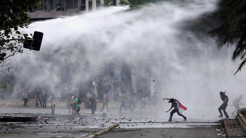 VIDEO: Policía chilena recurre a gases lacrimógenos, balas de goma y chorros de agua para dispersar protestas en Santiago