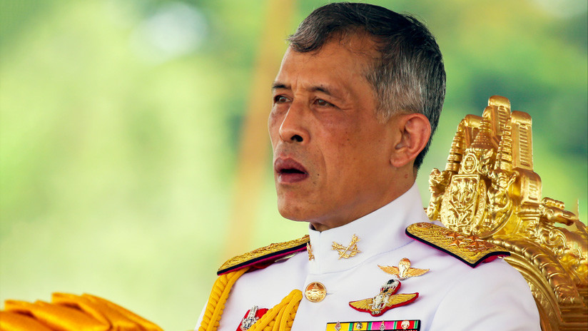 """El rey de Tailandia despide a seis funcionarios por """"actos malvados"""" días después de destituir a su consorte real"""