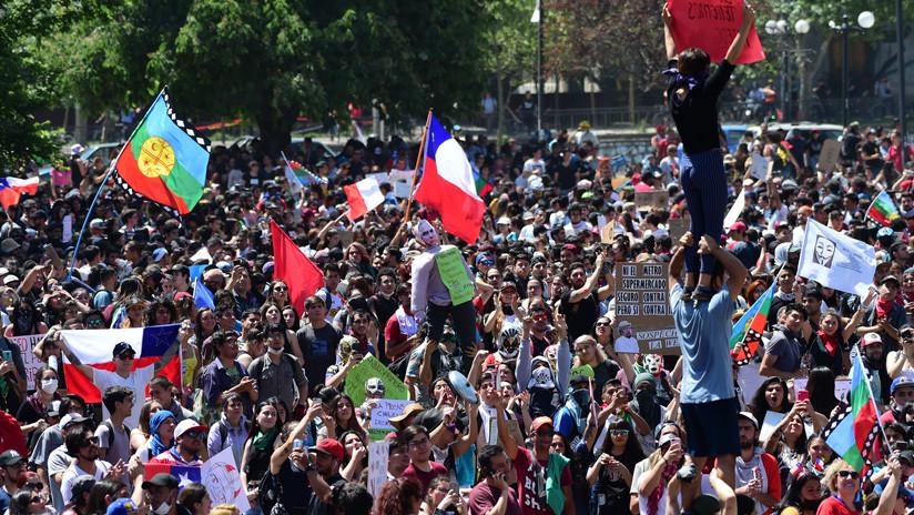 Disturbios, incendios y gas lacrimógeno: choques entre manifestantes y policías en una nueva jornada de protestas en Chile