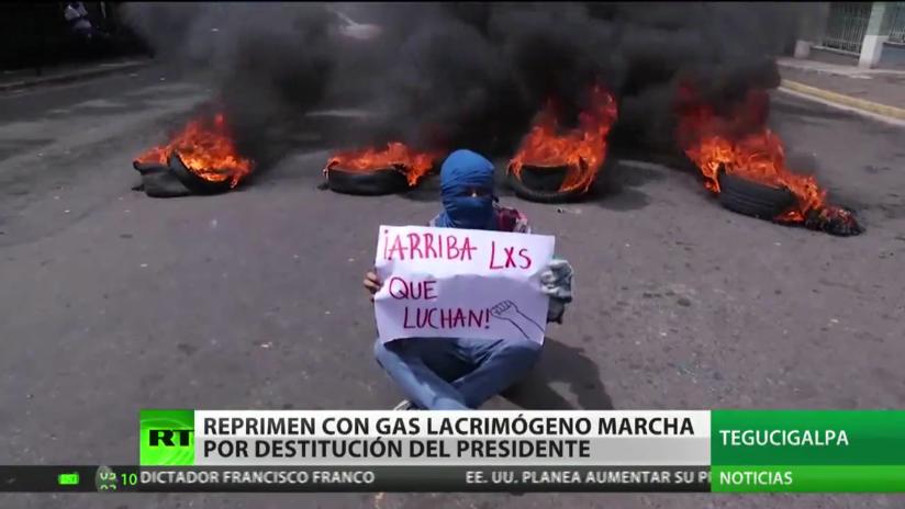 En Honduras reprimen con gas lacrimógeno a manifestantes que exigen la destitución del presidente