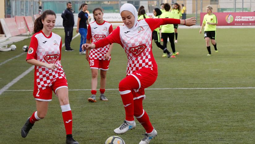 VIDEO: Varias futbolistas forman un cerco alrededor de una rival para que se coloque bien el hiyab sin ser vista