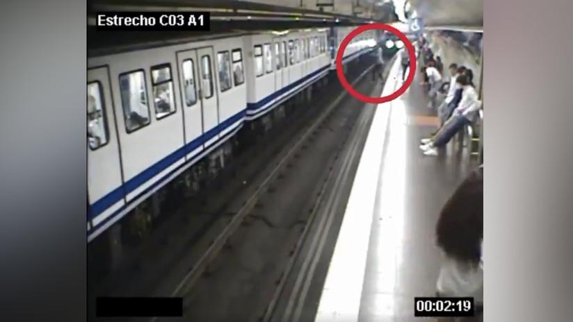 VIDEO: Una mujer cae a las vías del metro en Madrid justo cuando llega el tren por estar mirando el móvil