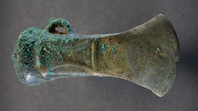 """FOTOS: Hallan en Londres un """"extraordinario"""" tesoro con cientos de fragmentos de armas de hace casi 3.000 años"""