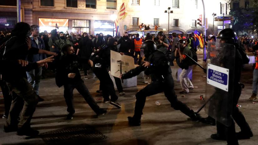 VIDEO: Los Mossos cargan contra los manifestantes frente a la Jefatura Superior de la Policía en Barcelona