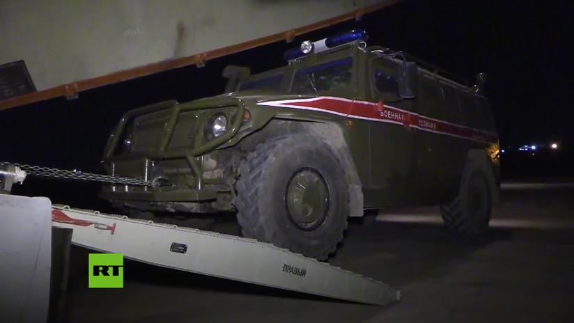 VIDEO: Aviones Il-76 descargan en Siria decenas de vehículos blindados de la Policía Militar rusa