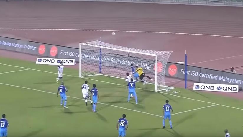 Jugada de locos: fallan inexplicablemente un gol y envían el balón al palo tres veces en 3 segundos (VIDEO)