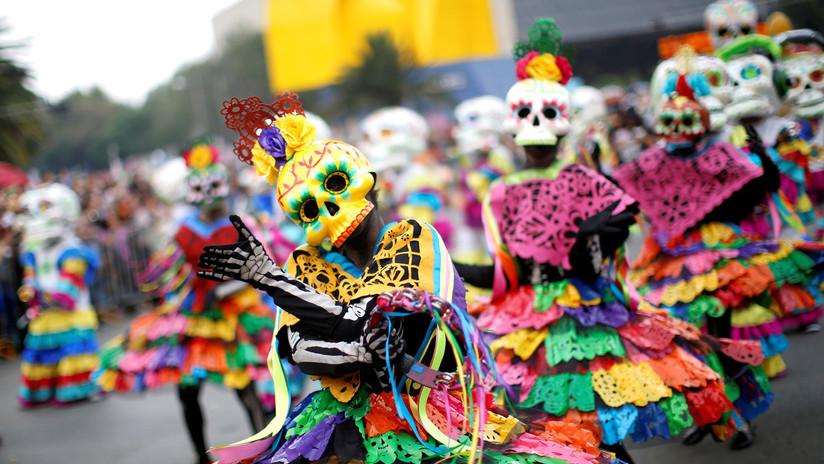 Grandes desfiles abren paso a la celebración del Día de Muertos en México