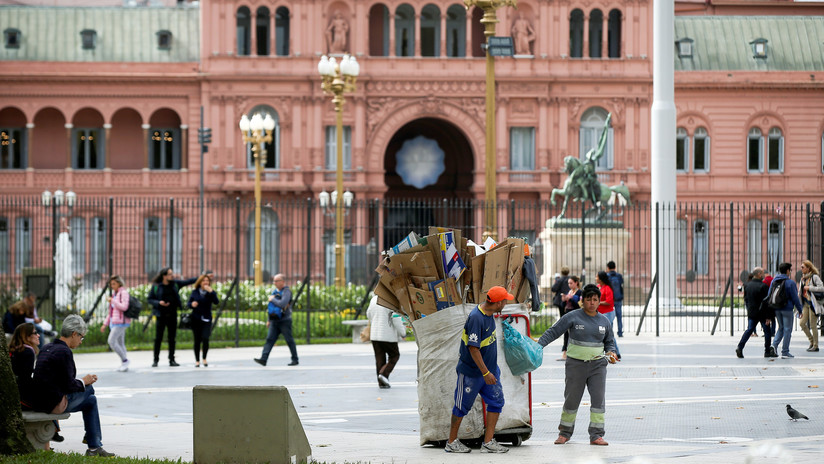 """Pobreza, deuda o inflación: la """"pesada herencia"""" que Macri deja a Fernández en Argentina"""