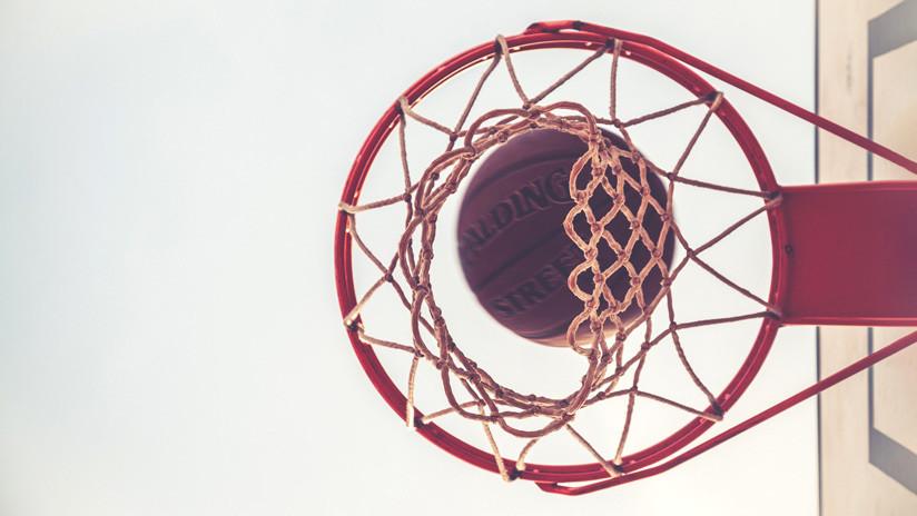VIDEO: Logra anotar en el aro de baloncesto sin siquiera tocar la pelota con un simple truco que se vuelve viral