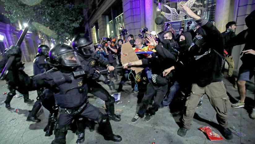 VIDEO: Unos policías cargan contra los clientes de una terraza durante las protestas en Barcelona