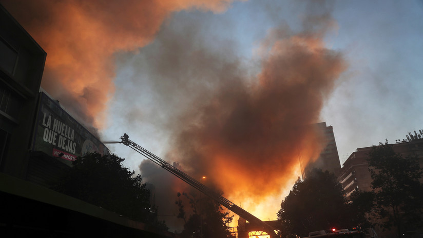 VIDEOS: Se registran incendios en varios locales comerciales en el centro de Santiago de Chile