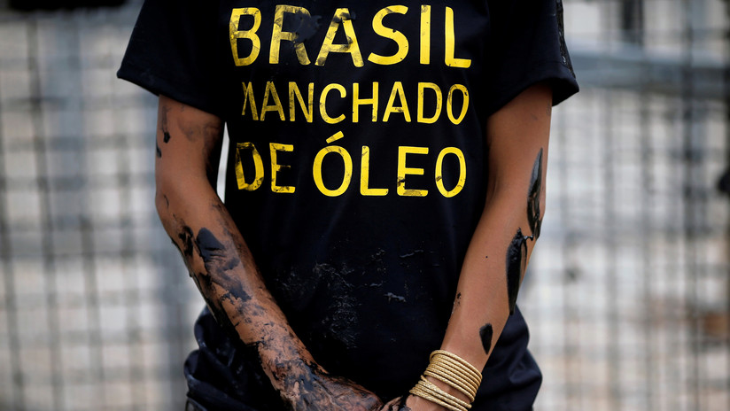La foto de un niño cubierto de petróleo en las playas de Brasil recorre el mundo: ¿de quién se trata?
