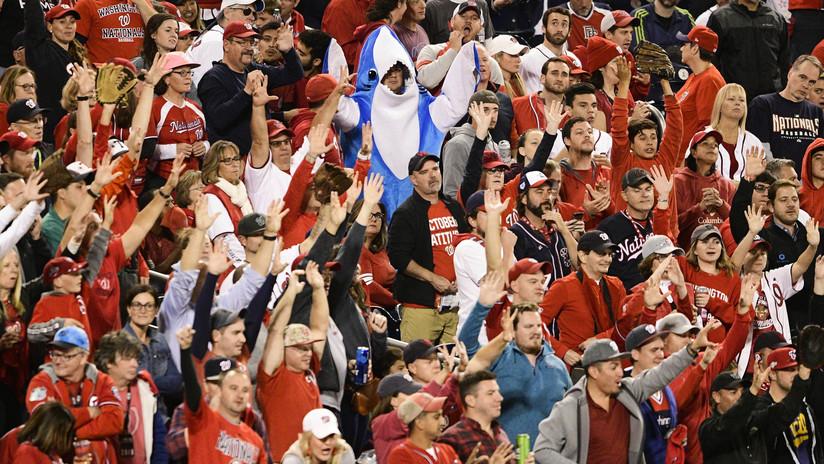 """""""¡Qué leyenda!"""": alaban a un fanático del béisbol por no soltar dos cervezas aunque la pelota fue directa a su pecho (VIDEO)"""