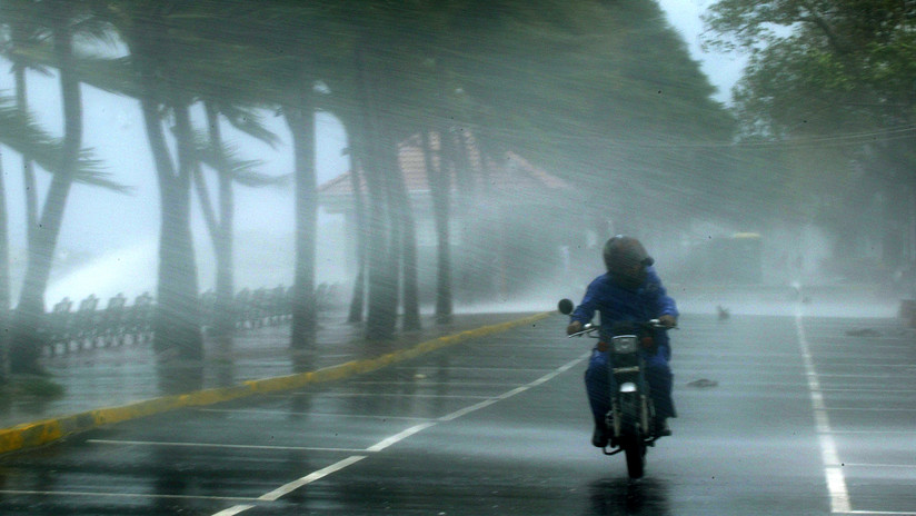 VIDEO: Una moto con dos personas invade el carril contrario y se estrella de frente contra otro ciclomotor