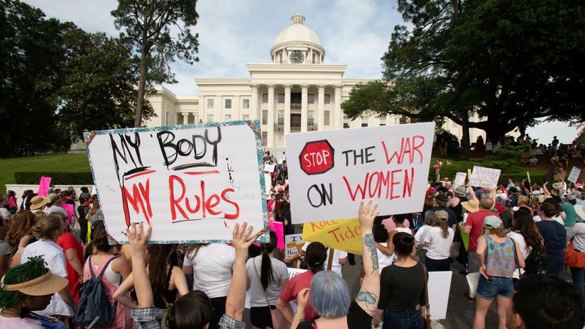 Juez federal bloquea temporalmente la ley que prohíbe el aborto en Alabama incluso en casos de violación o incesto