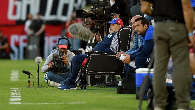 Maradona dirige a su equipo sentado en un 'trono' y la Red se llena de memes (VIDEO, FOTOS)
