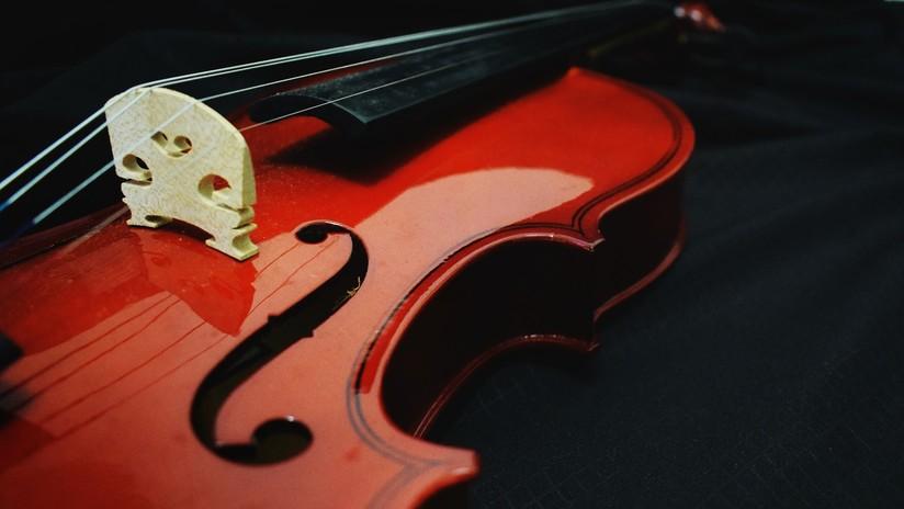 Olvida su violín de 310 años valuado en 320.000 dólares en un estante del tren y se lo roban