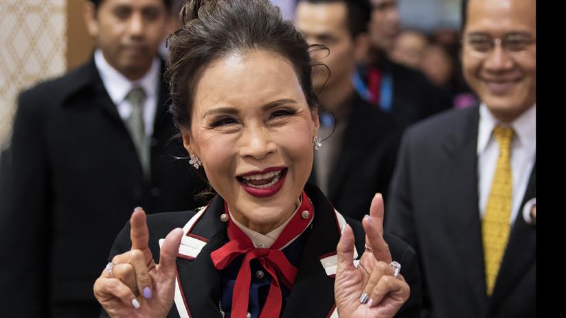 """""""¡Feliz Halloween!"""": Una princesa tailandesa se fotografía con una 'cabeza cortada' de Trump (FOTO)"""