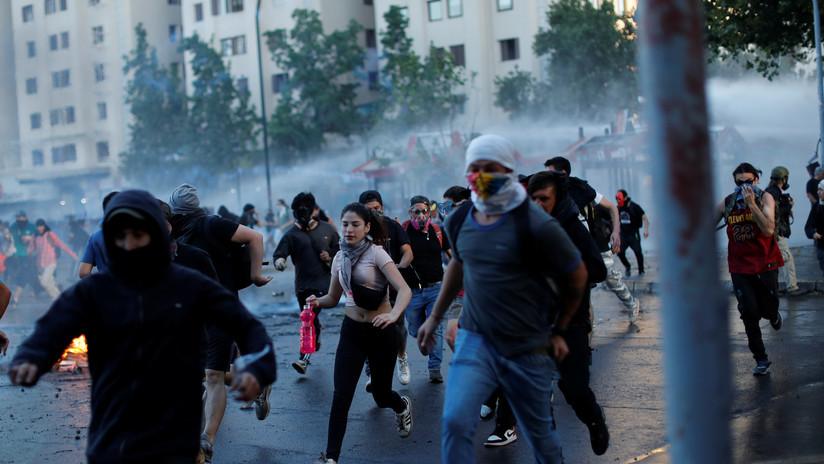 VIDEO: La policía de Chile usa cañones de agua para dispersar a los manifestantes en una nueva jornada de protestas