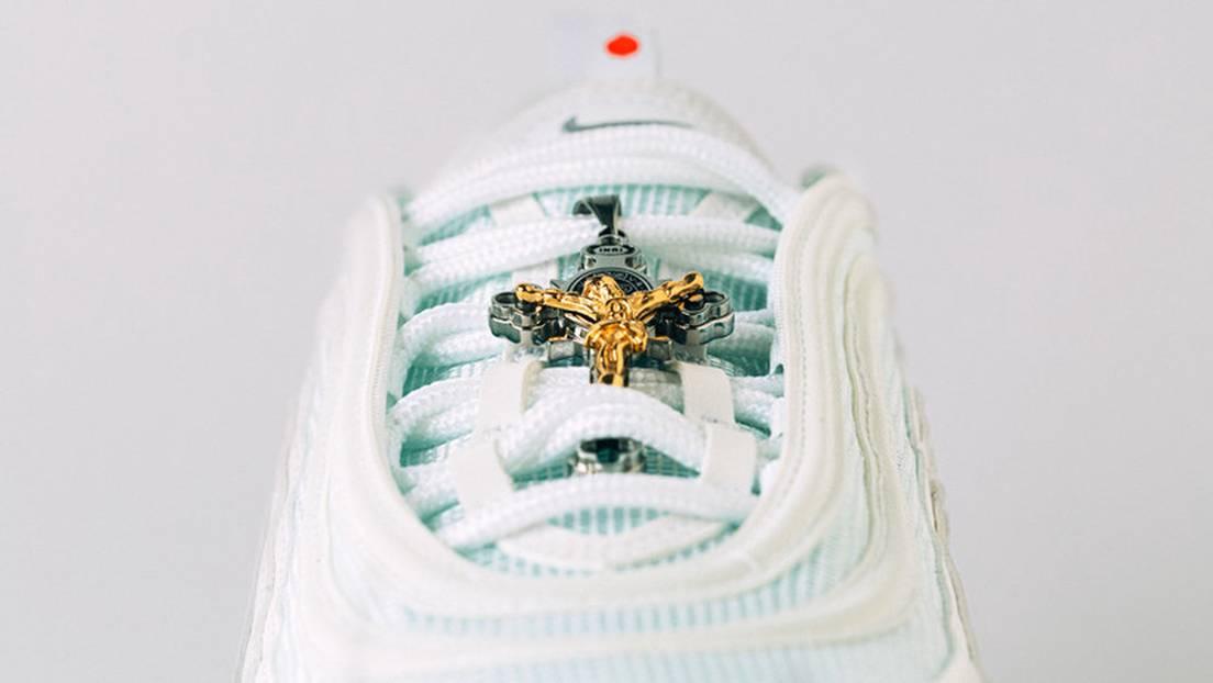 vender Permeabilidad Dictadura  FOTOS: Presentan las 'zapatillas de Jesús' con agua bendita en las suelas  por 3.000 dólares (y la primera serie se agota en pocas horas) - RT