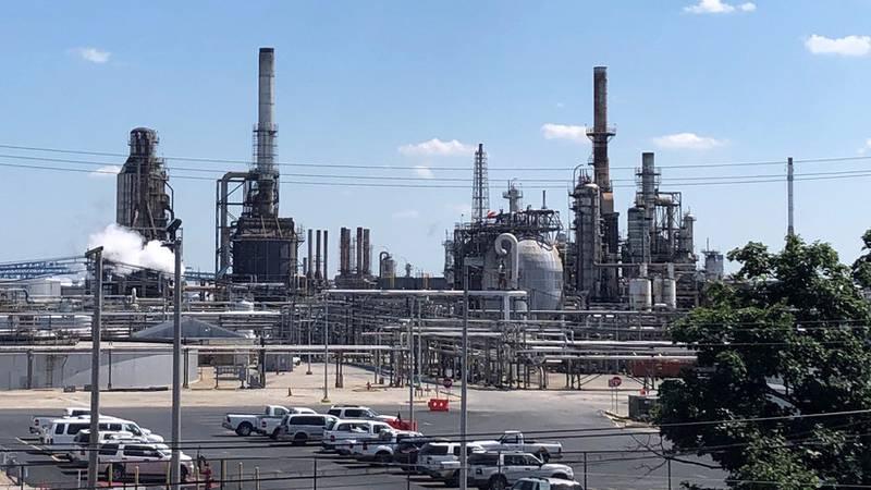 """Declaran una """"emergencia de materiales peligrosos"""" tras explosiones en una refinería de EE.UU. (VIDEOS, FOTOS)"""