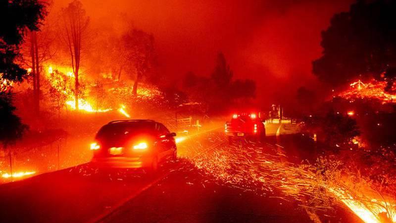 VIDEOS: Ordenan la evacuación de más de 50.000 personas en California por la rápida propagación de un incendio forestal