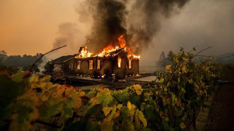 """Evacúan a 100.000 personas y dejan sin electricidad a casi 3 millones por incendios y vientos """"potencialmente históricos"""" en California"""