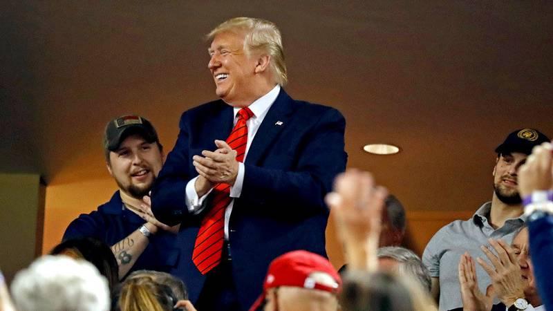 """""""¡Enciérrenlo, enciérrenlo!"""": Abuchean a Trump en un estadio (VIDEOS)"""