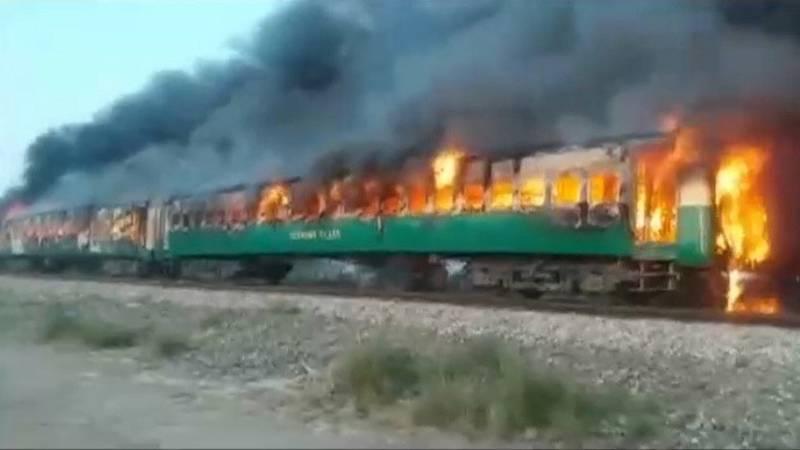 VIDEO, FOTOS: Al menos 73 muertos por un incendio en un tren en Pakistán