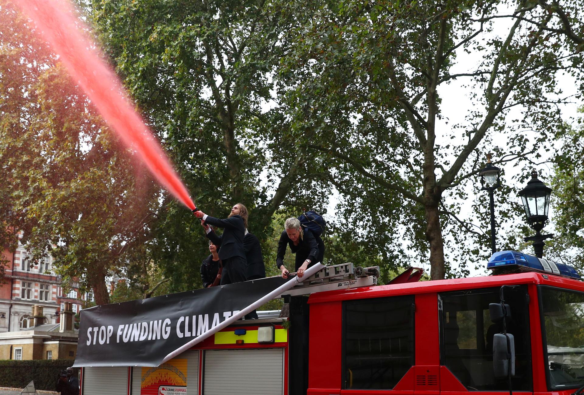 FOTOS: Activistas rocían 1.800 litros de 'sangre' frente a un ministerio en Reino Unido
