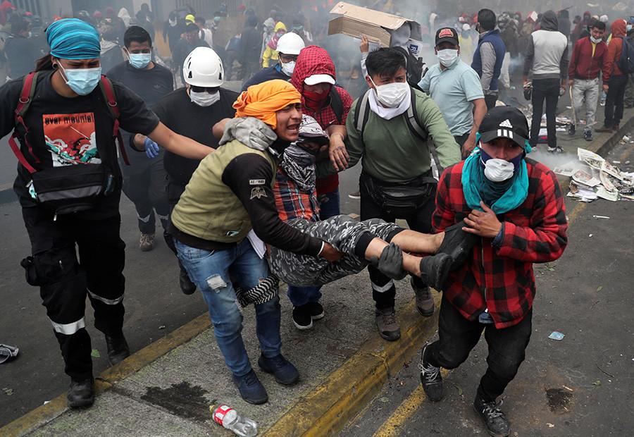 Gas lacrimógeno, represión policial y barricadas: Ecuador en protesta contra el 'paquetazo'