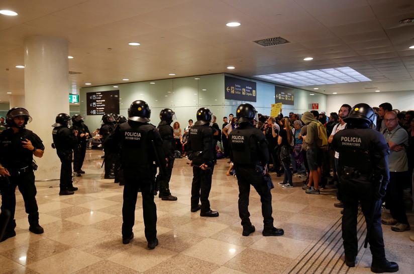 Resultado de imagen para Disturbios en el aeropuerto y cortes de vías: protestas en Barcelona por la sentencia del 'procés' (FOTOS, VIDEO)