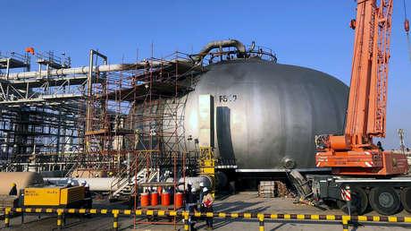 Empleados trabajan en la dañada instalación petrolera de Saudi Aramco en Abqaiq, Arabia Saudita, el 20 de septiembre de 2019.