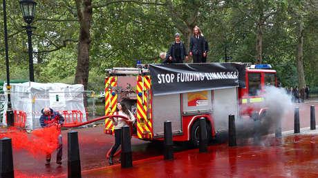 Los manifestantes de Extinction Rebellion protestan frente al Ministerio de Finanzas británico, el 3 de octubre de 2019.