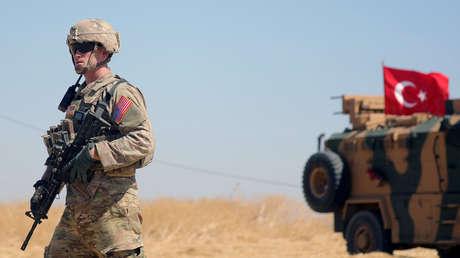Un soldado estadounidense y un vehículo militar turco cerca de Tel Abyad, Siria, el 8 de septiembre de 2019.