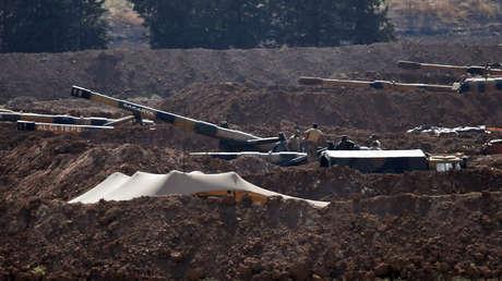 Soldados y artillería turcos en la provincia fronteriza de Sanliurfa (<strong><a href=