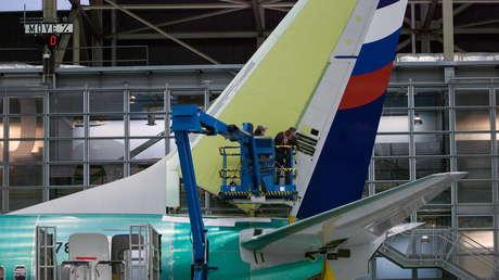 Empleados de Boeing trabajan en la cola de un Boeing 737 NG / Imagen ilustrativa