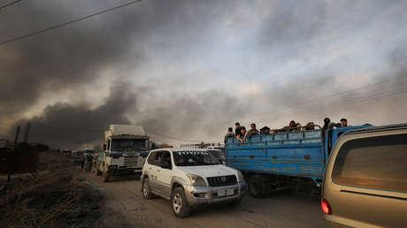 Residentes evacúan la ciudad siria de Ras al Ayn tras el inicio del ataque turco en la zona, el 9 de octubre de 2019