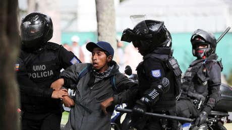 Policías se llevan un detenido durante las protestas del 4 de octubre contra de Lenín Moreno en Quito (Ecuador).