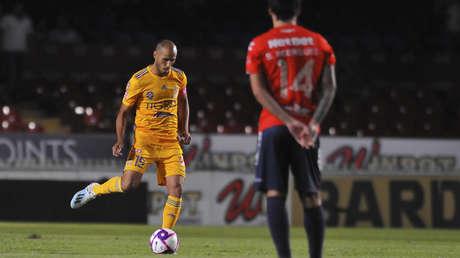 El jugador de Veracruz Sebastian Rodriguez permanece quieto mientras un rival de los Tigres patea el balón en el estadio Luis 'Pirata' Fuente en Veracruz (México), el 18 de octubre de 2019.