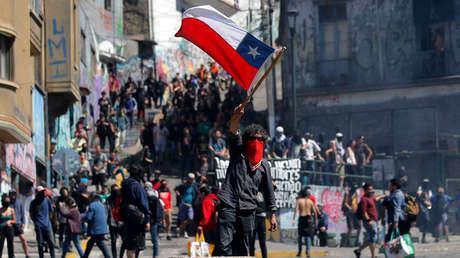 Manifestantes se enfrentan a la policía en una protesta contra el aumento del metro en Valparaíso, Chile, el 21 de octubre de 2019.