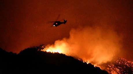 Helicóptero sobrevuela colinas durante un incendio al oeste de Los Ángeles (California, EE.UU.), el 28 de octubre de 2019.