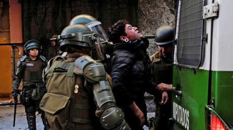 Carabineros detienen a una persona durante una protesta. Concepción, Cile. 29 de octubre de 2019.