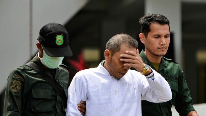 Un miembro de un consejo religioso en Indonesia es azotado públicamente por violar la ley de adulterio que elaboró