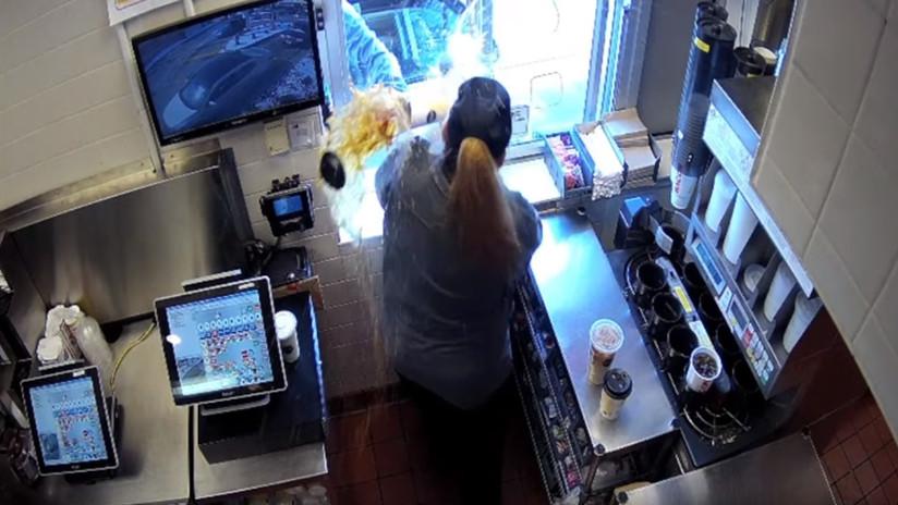 VIDEO: Un cliente de McDonald's arroja café caliente y provoca quemaduras de primer grado a una trabajadora