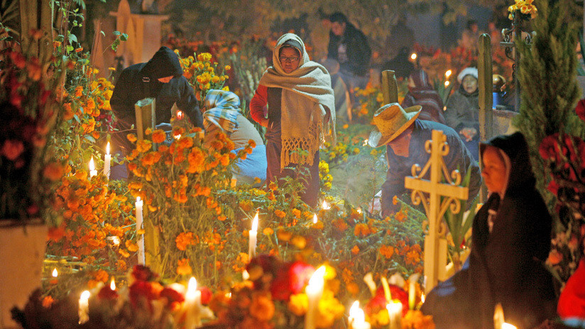 VIDEO: Mexicanos celebran el Día de los Muertos honrando a sus familiares fallecidos