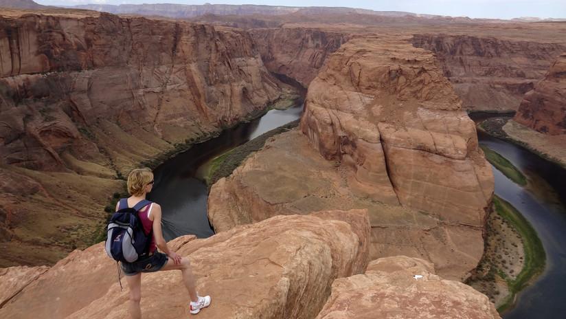 VIDEO: Una turista casi cae a un acantilado mientras intentaba fotografiar a su madre en el Gran Cañón