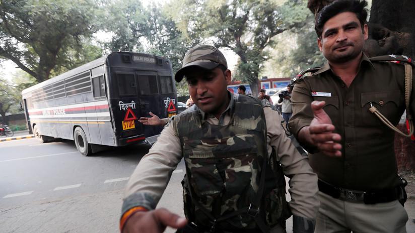 Un violento choque entre abogados y policías deja casi treinta heridos en la India (FOTOS, VIDEOS)