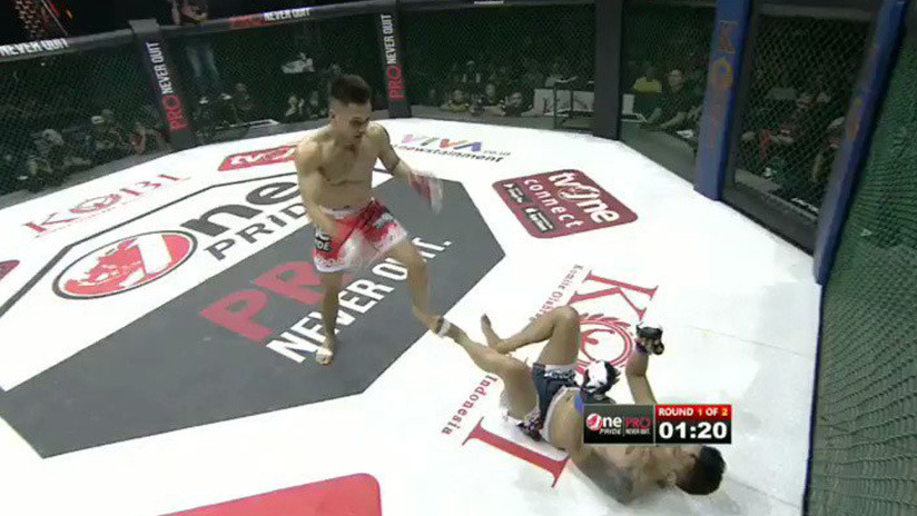VIDEO: Luchador se niega a levantarse en pleno combate y pierde al ser sorprendido con una lluvia de patadas en las piernas