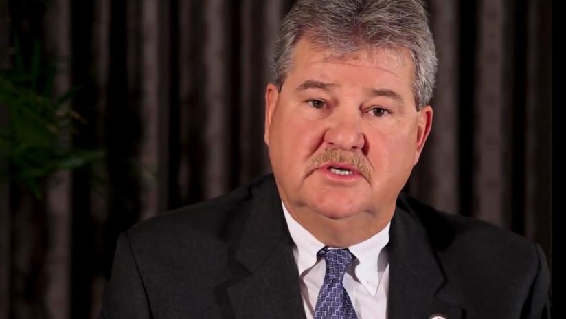 Arrestan a un alcalde de Alabama que fue grabado abofeteando a una empleada